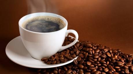 Γιατί δεν πρέπει να πίνουμε καφέ όταν ξυπνάμε; Νέα έρευνα ανατρέπει όσα ξέρουμε