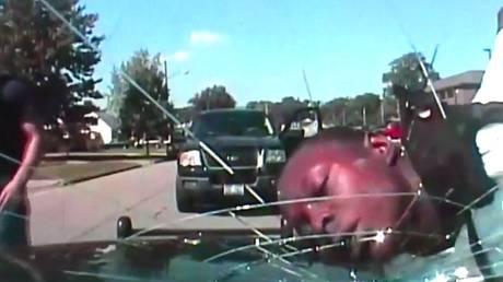 ΗΠΑ: Αστυνομικός έσπασε παρμπρίζ περιπολικού με το… κεφάλι συλληφθέντα (vid)