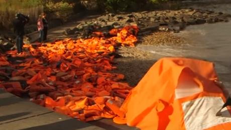 Η γέφυρα του Μπρούκλιν γέμισε με σωσίβια προσφύγων από τη Χίο