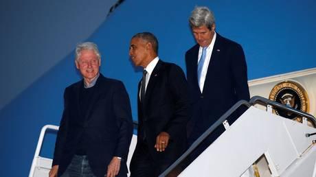 «Μπίλι πάμε»: Όταν ο Κλίντον έστησε τον Ομπάμα στην πόρτα του αεροπλάνου