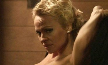 Έχει ...παραμορφωθεί το στήθος της Πάμελα! (pics)