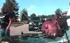 Αστυνομικός έριξε αφροαμερικανό σε παρμπρίζ και έγινε σπαράλια
