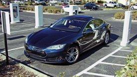 Γερμανός «την πάτησε» στην Κοζάνη με Tesla Model S (pic)