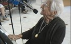 Μια γιαγιά 100 ετών που δίνει μαθήματα ζωής και παίζει πιάνο