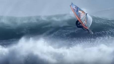 Οι πιο τολμηροί windsurfers «παίζουν» με τους τυφώνες (vid)
