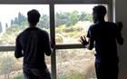 Σε ξενοδοχείο της Πάτρας οικογένειες προσφύγων περιμένοντας μετεγκατάσταση