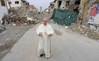 Στο σεισμόπληκτο Αματρίτσε εμφανίστηκε ξαφνικά ο Πάπας