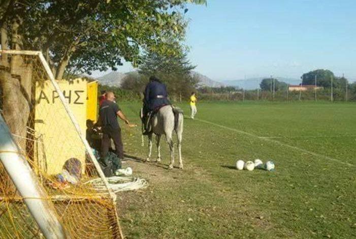 Την «έπεσε» στον προπονητή καβάλα στ' άλογο!