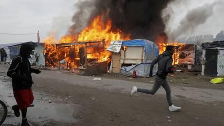 Φωτιές, ένταση και δάκρυα στη «Ζούγκλα» του Καλαί (pics)
