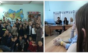 ΔΕΙΤΕ τον Σάκη Ρουβά να κάθεται στο θρανίο!Πήγε σε σχολείο της Μόσχας,έβγαλε selfies με μαθητές