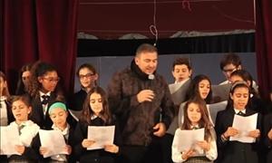 Η τρυφερή πλευρά του Αντώνη Ρέμου: Τραγούδησε με ελληνόπουλα της Αμερικής στο σχολείο τους
