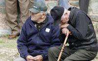 H Ελλάδα γερνάει και μέχρι το 2050 θα έχει μειωθεί ο πληθυσμός της δραματικά