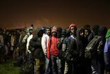 Άγριος καυγάς:  100 ασυνόδευτοι ανήλικοι στις στάχτες της «Ζούγκλας του Καλαί»