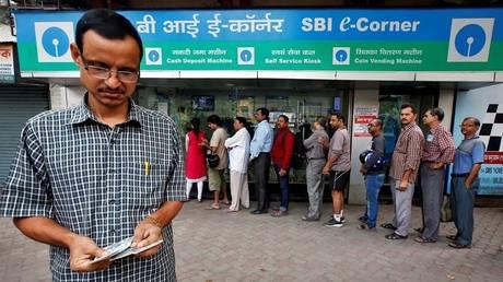 Γιατί οι τράπεζες στην Ινδία ξέμειναν από μετρητά (pics)