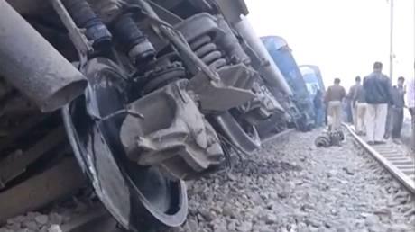 Εκτροχιασμός αμαξοστοιχίας με δεκάδες νεκρούς στην Ινδία (pics)