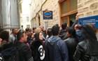 Εξοργισμένοι άνεργοι χτυπούν υπαλλήλους του ΟΑΕΔ
