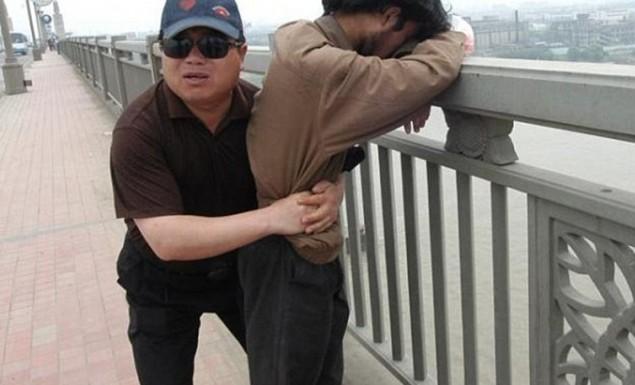 Ο Κινέζος που έσωσε 321 άτομα από αυτοκτονία σε 13 χρόνια (vid)