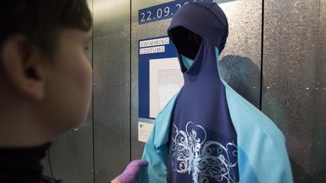 Βρετανικό μουσείο προσθέτει στη συλλογή του ένα μπουρκίνι και ένα φυλλάδιο Brexit
