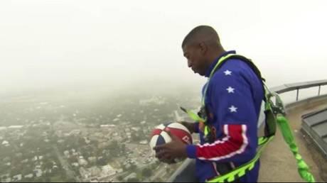 Επική βολή παίκτη των Harlem Globetrotters από τον Tower of the Americas (vid)