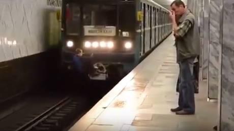 Κρεμάστηκε στo συρμό του μετρό για να μην πληρώσει εισιτήριο