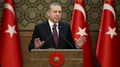 Ο Ερντογάν καλεί τους Τούρκους να μετατρέψουν τις καταθέσεις τους σε τουρκικές λίρες