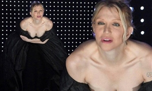 H Courtney Love μας… πέταξε τα μάτια έξω με τα αβυσσαλέο ντεκολτέ της!