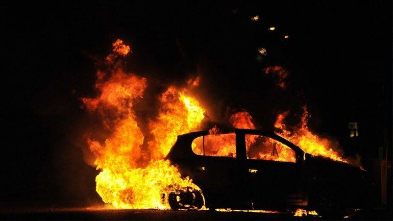 Στις φλόγες δύο Ι.Χ. στο κέντρο της Αθήνας