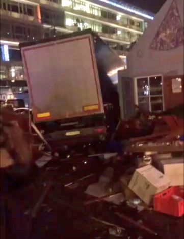 Πανικός στο Βερολίνο: Φορτηγό παρέσυρε κόσμο σε χριστουγεννιάτικη αγορά – εννέα νεκροί και δεκάδες τραυματίες