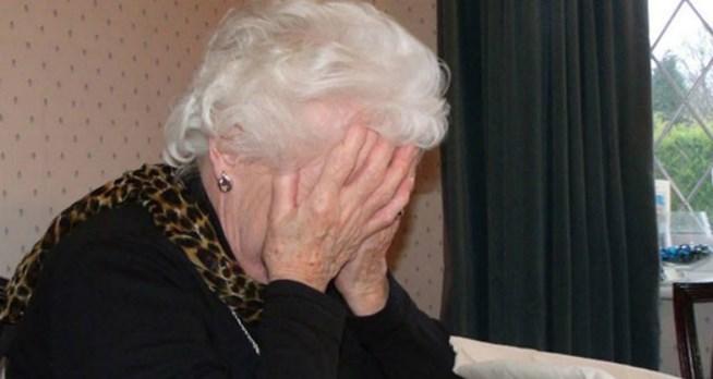 Καρέ καρέ επίθεση και ληστεία ηλικιωμένης στο κέντρο της Αθήνας