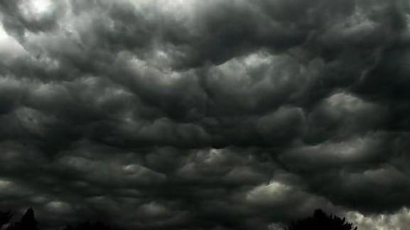 Μαύρα σύννεφα πάνω από το Χριστουγεννιάτικο χωριό του Φρόλι.