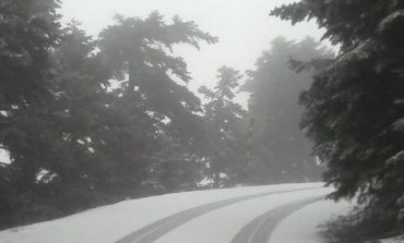 Χιονίζει στην Πάρνηθα.