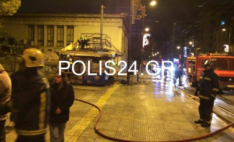 Άγνωστοι πυρπόλησαν περίπτερο πριν λίγο στην Αθήνα