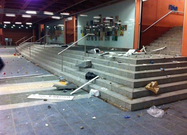 Παρασκευή, 16 Δεκέμβριος 2016 20:51 «Γυαλιά – καρφιά» τα έκαναν κουκουλοφόροι στον σταθμό ΚΑΤ στην Κηφισιά