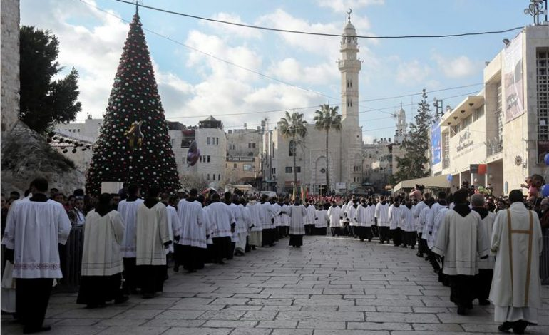 Πιστοί απ' όλον τον κόσμο συρρέουν στη Βηθλεέμ για τα Χριστούγεννα