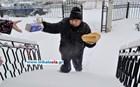 Ο χαμογελαστός φούρναρης που διανέμει ψωμί και γάλα μέσα στο χιόνι!