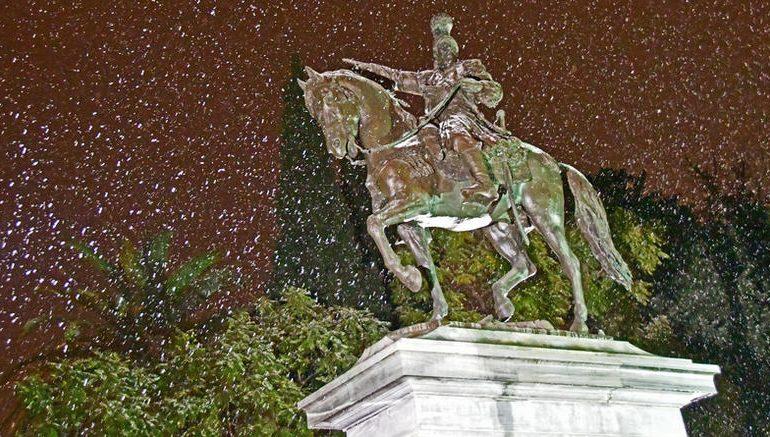 Χιονίζει στο κέντρο της Αθήνας, προβλήματα σε όλη τη χώρα.