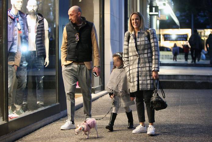 Ασημακοπούλου – Τσιρίλο: Απογευματινή βόλτα στην Κηφισιά με την κόρη τους.