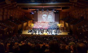 Μουσικός Θρίαμβος για τον μαέστρο Παναγή Μπαρμπάτη και τη χορωδία του Δήμου Κηφισιάς στην παράσταση για τον Μίκη Θεοδωράκη