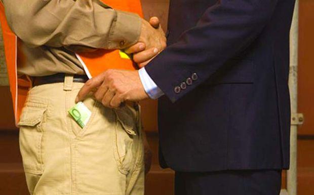 Προκλητικό «ρουσφέτι» 2.000 ευρώ σε υπουργούς, βουλευτές, δημάρχους