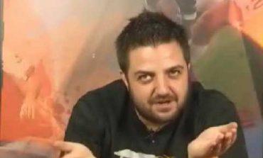 Δημοσιογράφος ποζάρει με Τουρκική φανέλα προκειμένου να πικάρει φιλάθλους αντίπαλης ομάδας.