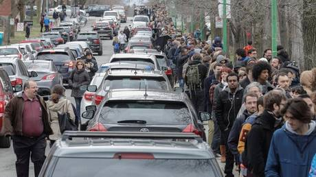 Γαλλικές εκλογές: Ουρά εκατοντάδων μέτρων για τους Γάλλους του Καναδά (pics&vid)