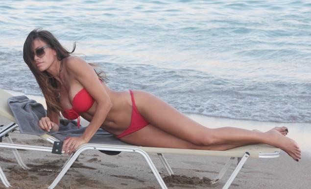 Η σέξι πόζα της Φαρμάκη στην παραλία