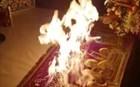 Ιερέας άναψε τις λαμπάδες της Ανάστασης από φωτιά πάνω στην Αγία Τράπεζα