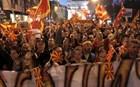 Χάος στα Σκόπια: Διαδηλωτές έσπασαν τον κλοιό και μπήκαν στη Βουλή