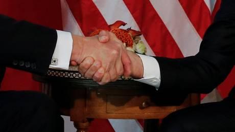 «Καθόλου αθώα» η χειραψία Μακρόν – Τραμπ (vid)