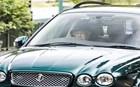 Έμπειρη οδηγός η βασίλισσα Ελισάβετ: Στο τιμόνι μιας Τζάγκουαρ!