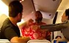 Απίστευτο ξύλο μεταξύ επιβατών σε πτήση!