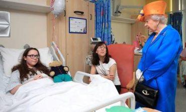 Η βασίλισσα Ελισάβετ στο πλευρό των τραυματισμένων από την επίθεση στο Μάντσεστερ (pics)