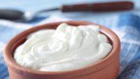 Οι άνθρωποι που τρώνε γιαούρτι κάθε μέρα, έχουν μικρότερο κίνδυνο να εμφανίσουν οστεοπόρωση