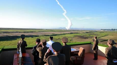 Ο Κιμ Γιονγκ Ουν σε δοκιμή αντιαεροπορικού οπλικού συστήματος – Ζήτησε μαζική παραγωγή